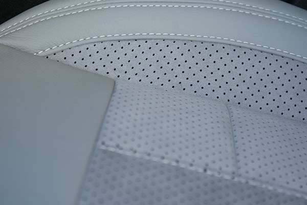 Peugeot 308 Buffalino Leder Titaniumgrijs Alcantara Geperforeerd Detail